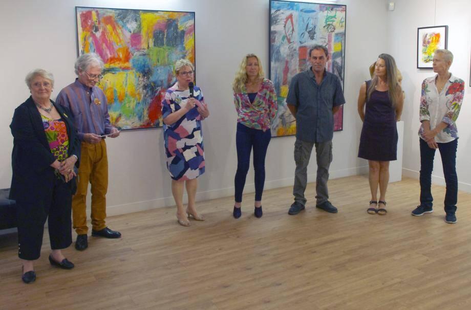 Jeanne Autran (au micro) aux côtés des artistes et de Marie-Aurore Smadja, adjointe à la culture.