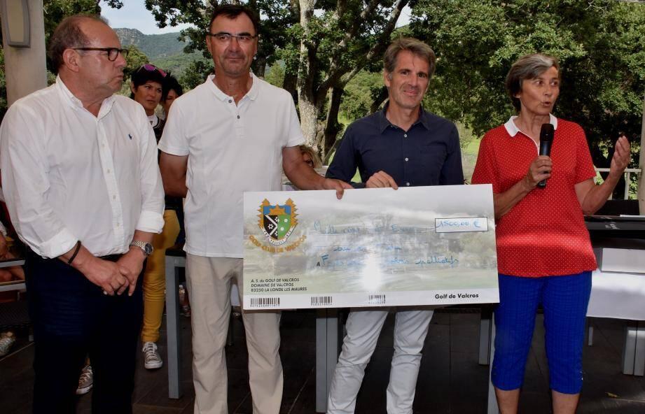 Les équipes lauréates récompensées, en présence des organisateurs.