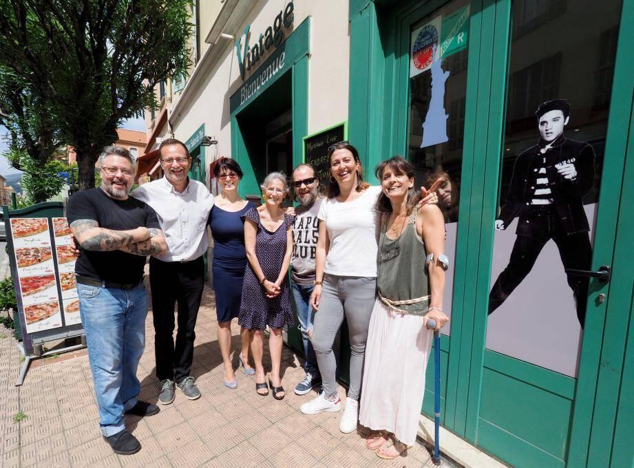 Anthony, Samantha, Françoise, Olivier, Noémie et Valérie font vivre le groupe « Tu sais que tu as vécu à Menton quand… ». Le restaurant Le Vintage - géré par Luca, à gauche - est peu à peu devenu leur QG.