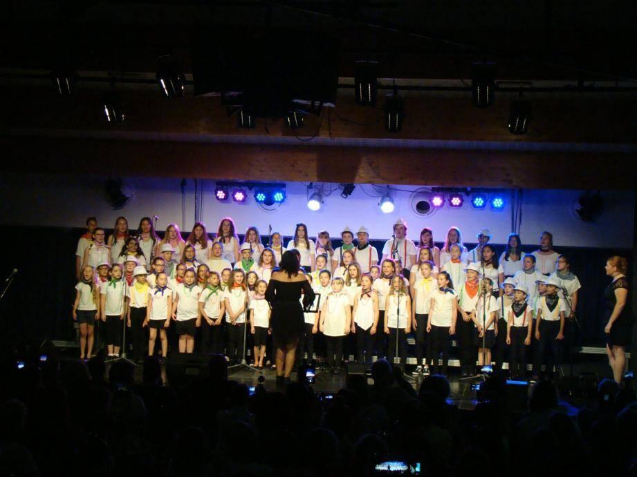 Soixante-dix choristes, âgés de 6 à 17 ans, se sont produits, dimanche soir, à l'Espace des arts devant 350 spectateurs.