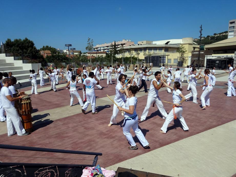 Démonstrations et initiations à la capoeira sur l'esplanade sont au programme des festivités du festival brésilien.