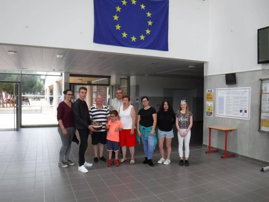 Au second plan le proviseur du lycée a encouragé cette généreuse action dédiée au petit Lilian.(Aurélien Delph)