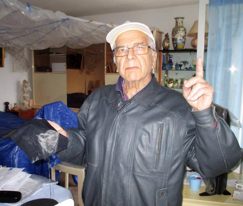 Le chiffon noir que Sabino D'Alto vient de passer sur la bâche, côté plafond, revient maculé de poudre blanche.