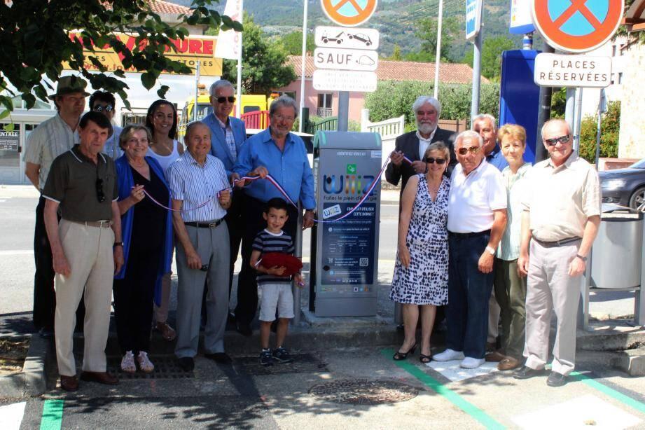 Le maire, les élus et les habitants ont inauguré la première borne électrique de La Roquette-sur-Siagne.