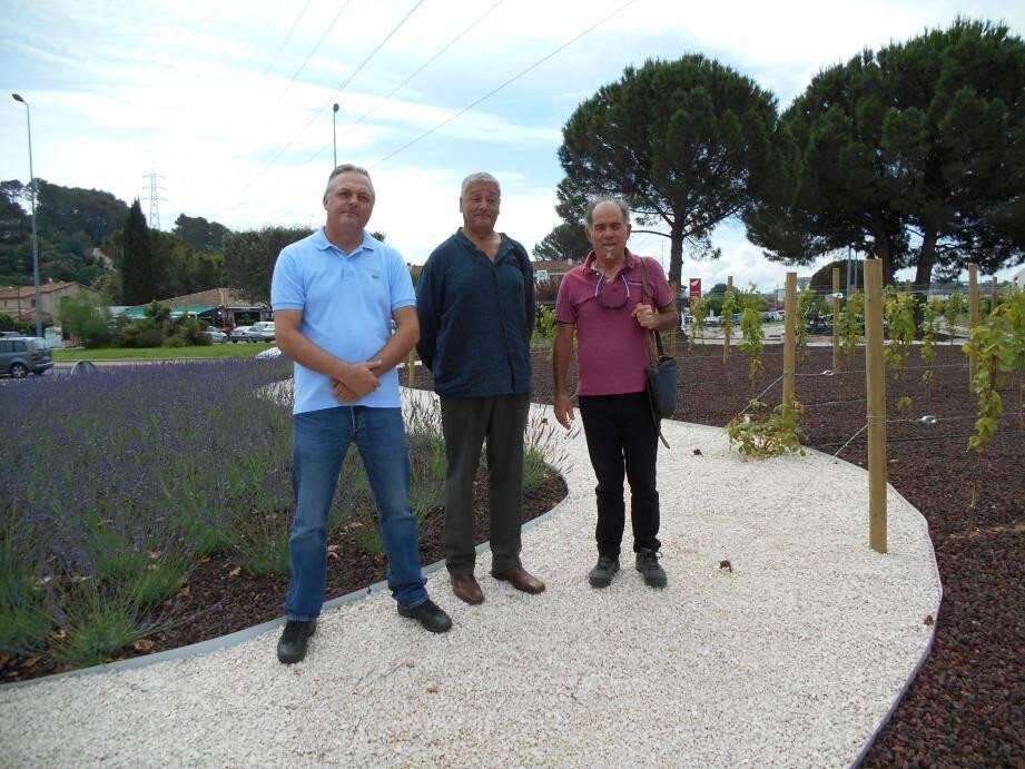 Philippe Bécourt, Khémissi Makabrou et Vincent Missud, vice-président de l'association dissoute, au rond-point Bir-Hakeim.