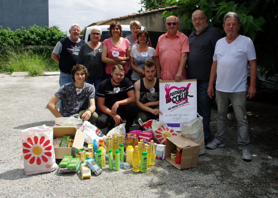Les élèves hyérois ont donné à l'association le fruit de leur collecte.