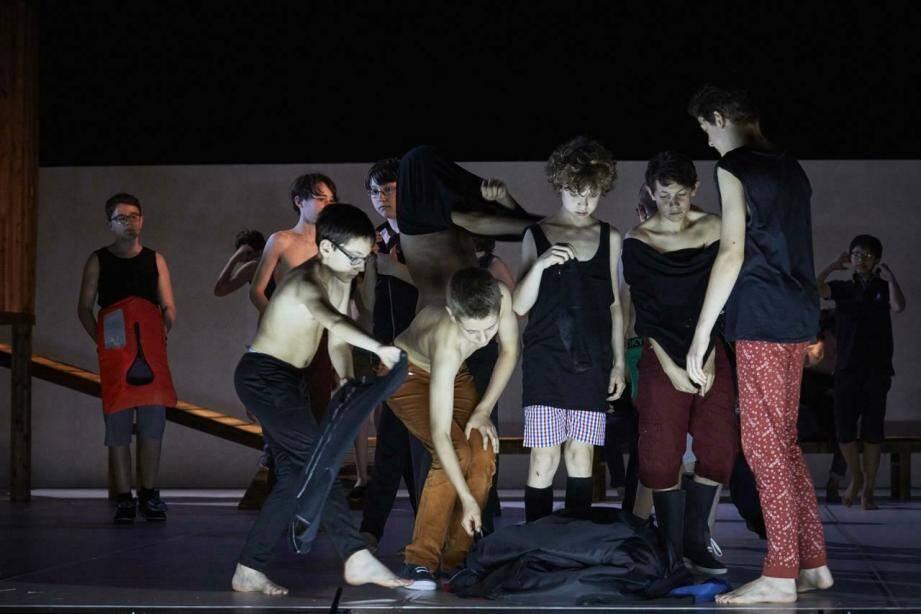 Les enfants chanteurs ont été mis en mouvement par la chorégraphe Ana Gabriela Castro.
