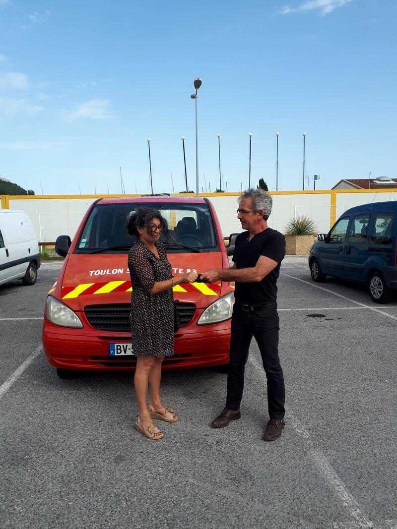 Malou, trésorière de Toulon Solidarité 83 reçoit les clefs de Franck Argensse, président du Lien 83.