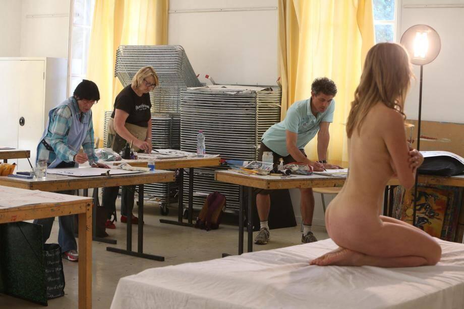 Dominique (à gauche) ou Christophe (à droite) comptent parmi les artistes réguliers de l'atelier modèle vivant.
