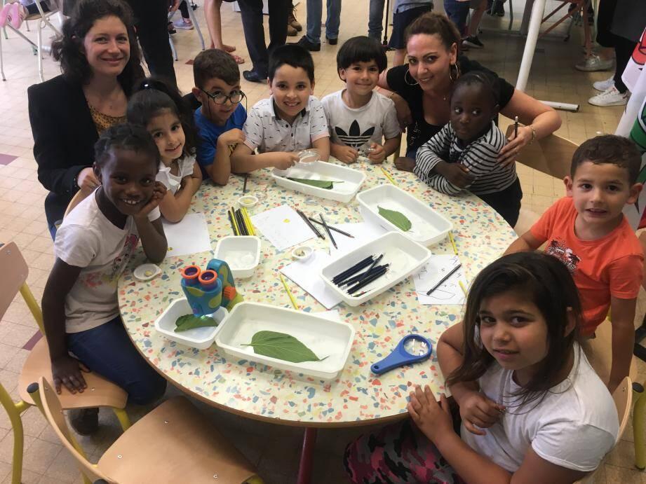 Mélanie Méreau, coordinatrice du centre, les enfants des écoles de l'Ariane Piaget et les Mûriers et leur agent territorial spécialisé, Krystelle Sarrial.