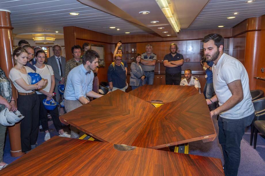Une fois déployée, la nouvelle table du carré du commandant du Charles-de-Gaulle, entièrement recouverte d'un placage en cocobolo (palissandre du Nicaragua), atteint les 5 mètres de long ! Malgré ses 350 kg, son design lui donne une impression d'incroyable  légèreté.
