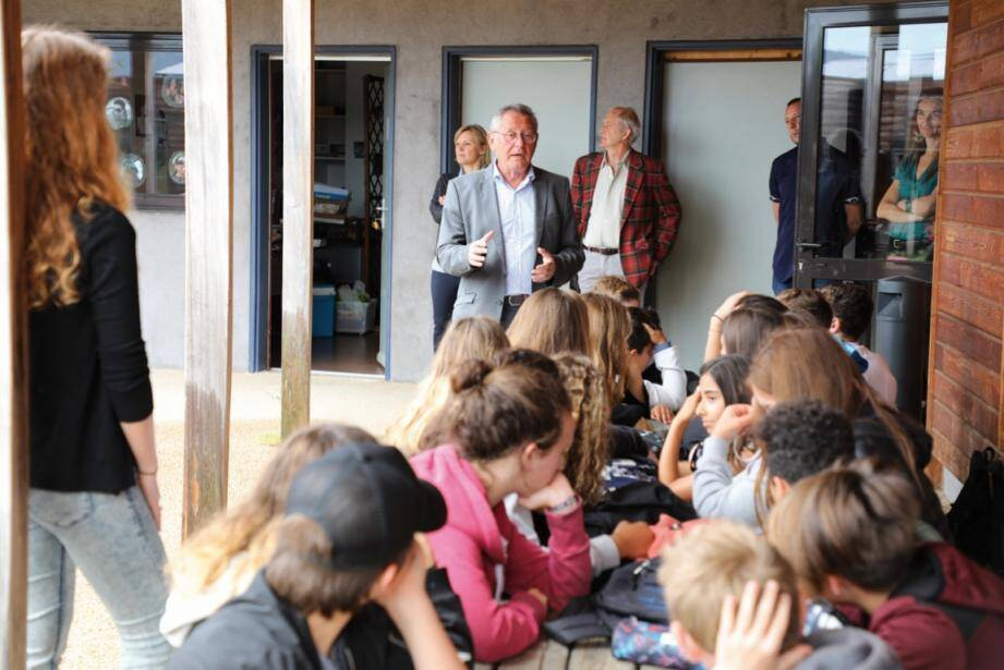 Bernard Jobert accueille les collégiens au Pôle Enfance.