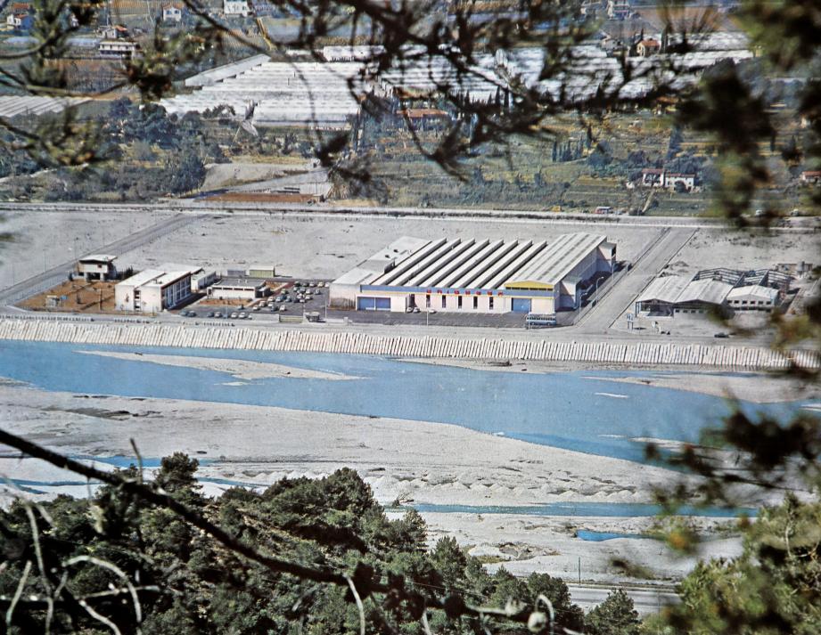 L'usine à ses débuts, avec à sa droite son premier voisin : l'usine S.U.R.E.A.U. Aujourd'hui, c'est le siège de Malongo que l'on peut retrouver.