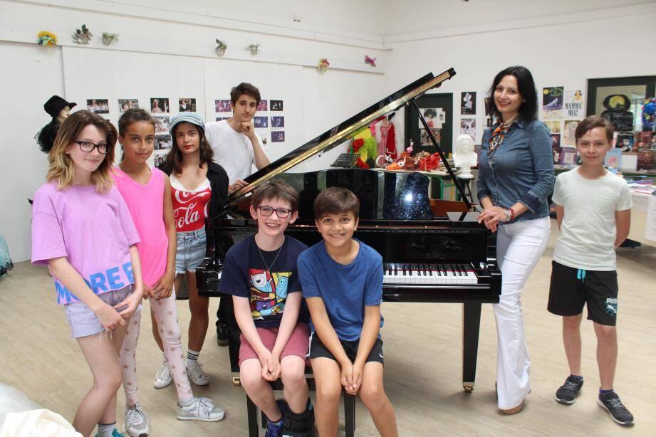 La pianiste Bojana Nislic et ses élèves de la Mougins School.
