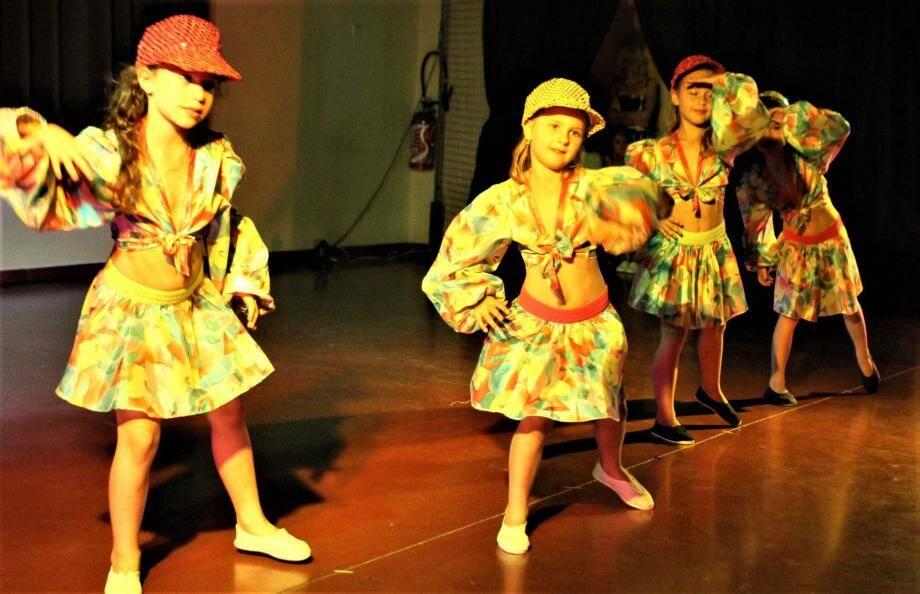 Les enfants, comme les adultes, ont visiblement pris plaisir à démontrer leurs talents. Ci-dessous, le maire de Sainte-Anastasie Jean-Pierre Morin félicitant les membres de l'école de danse.