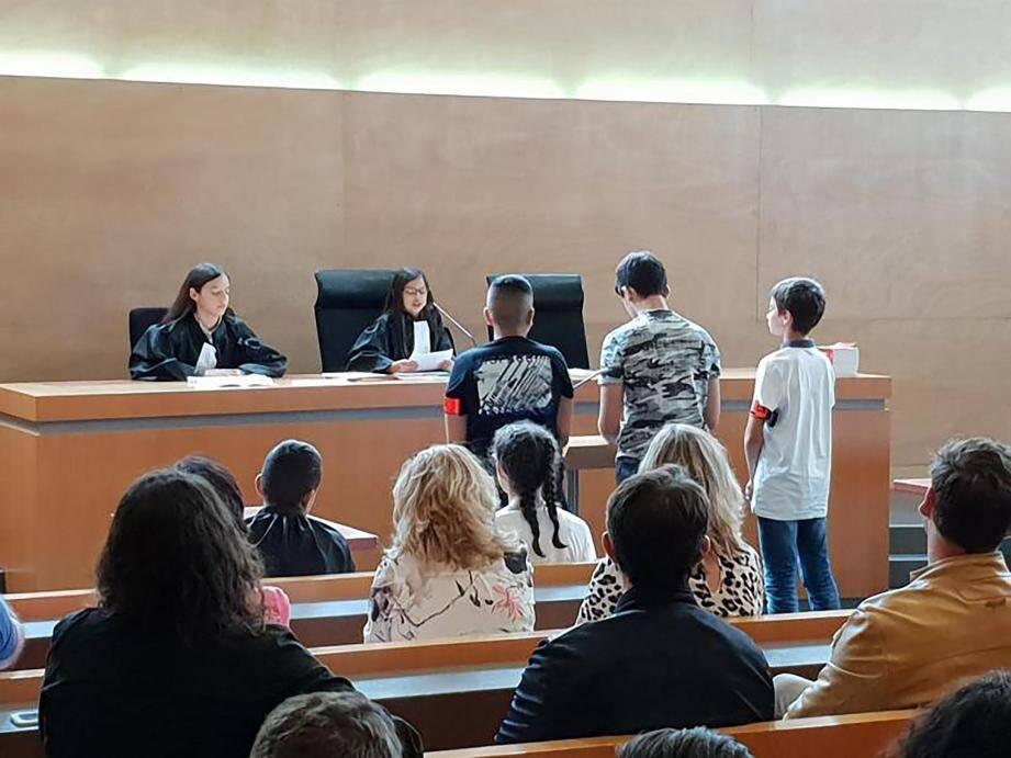 Présidents, juges, procureurs, greffiers, prévenus, victimes, avocats, témoins, policiers, public… Les jeunes Vallauriens ont enfilé tous les costumes au TGI de Grasse.