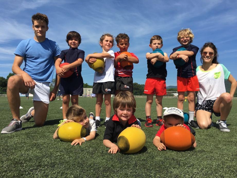 Thibault Cozon (à gauche) assure les séances de baby-rugby, le samedi matin aux Blaquières, destinés aux enfants âgés entre 3 et 6 ans.