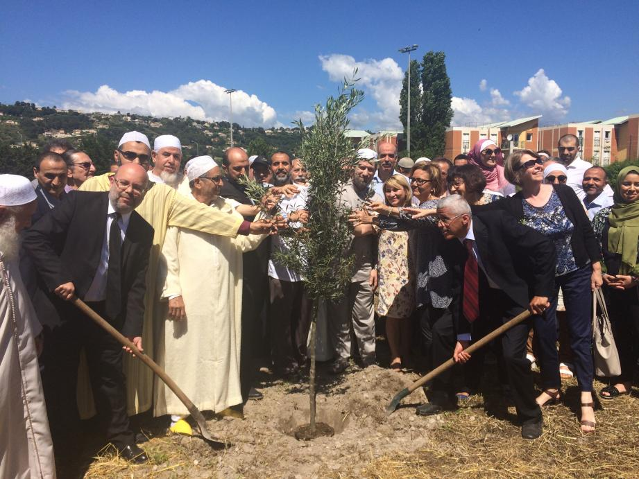 Le premier adjoint Philippe Pradal et Boubekeur Bekri en pleine plantation.