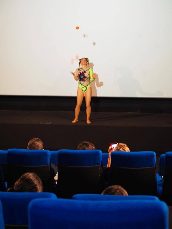 """Sara Ski, adulte d'origine italienne, a proposé un humoristique numéro de jonglage """"Sarate toujours""""."""