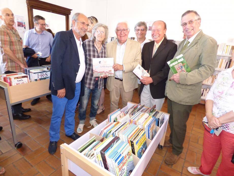 La bibliothèque a été inaugurée hier en présence de nombreux élus (au centre le maire Jean-Pierre Giran et à sa gauche l'adjoint spécial de Giens Jean-Luc Brunel), de responsables associatifs, de personnels de la médiathèque à commencer par son directeur Franck Mei, mais aussi de partenaires culturels.