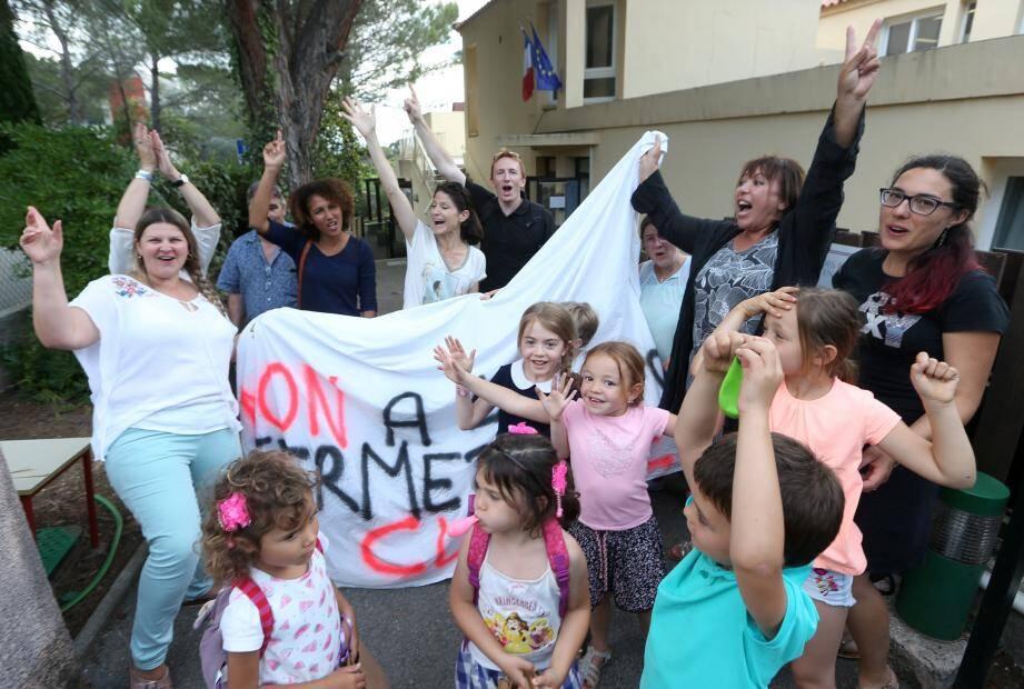 Explosion de joie, hier soir devant la maternelle de Valescure, lorsque parents, enfants et enseignants ont appris la bonne nouvelle.