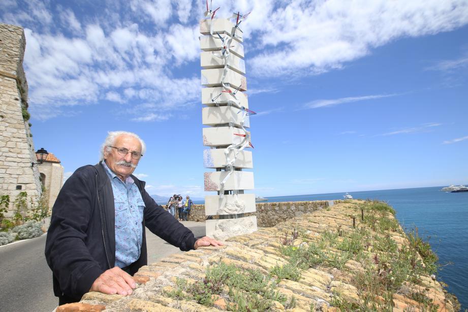 Bernard Pagès « au pied » de sa « Colonne à la mer ».