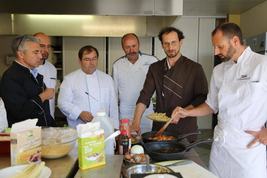 Le lycée agricole de Provence verte a gratuitement mis à disposition sa cuisine « pédagogique » aux chefs-stagiaires invités par AgriBioVar. Haricots mungo, pois chiches, haricots blancs et algues ont été utilisés.