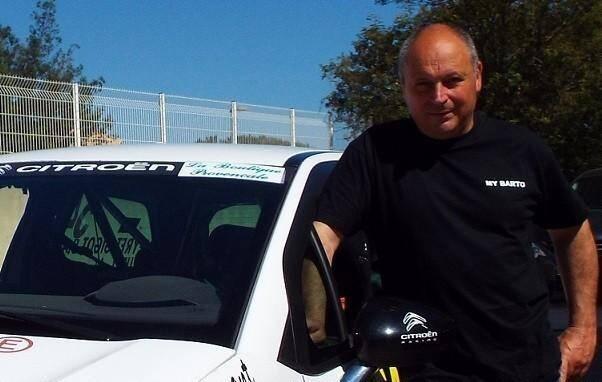 Richard Bartolini, à la tête du team « My Barto », posant en mai 2015 avec la DS3 leader du championnat de France juniors.