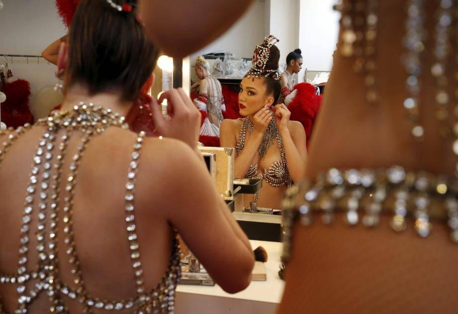 En coulisses, les danseuses du Moulin Rouge, s'activent avant d'aller sur le plateau.  Maquillage, coiffage, habillage : une aventure !