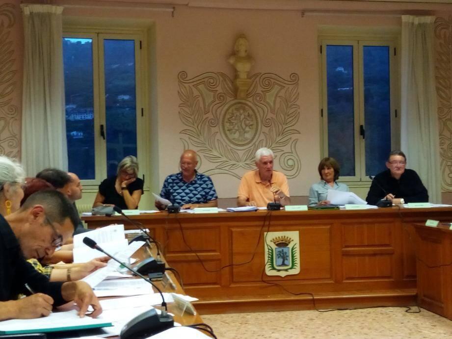 En moins d'une heure, l'avant-dernier conseil municipal avant la trêve estivale a surtout concerné la signature de conventions entre la commune et ses prestataires.