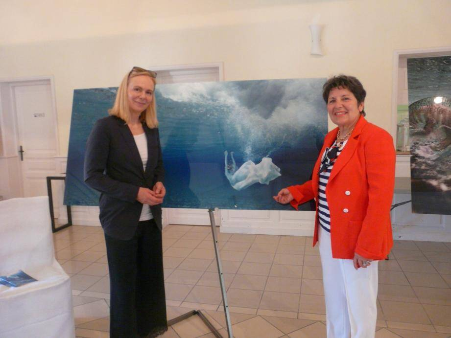 Gaby Fey et Marie-Christine Fabre Grimaldi devant une des œuvres de l'artiste allemande.(photo C.P)