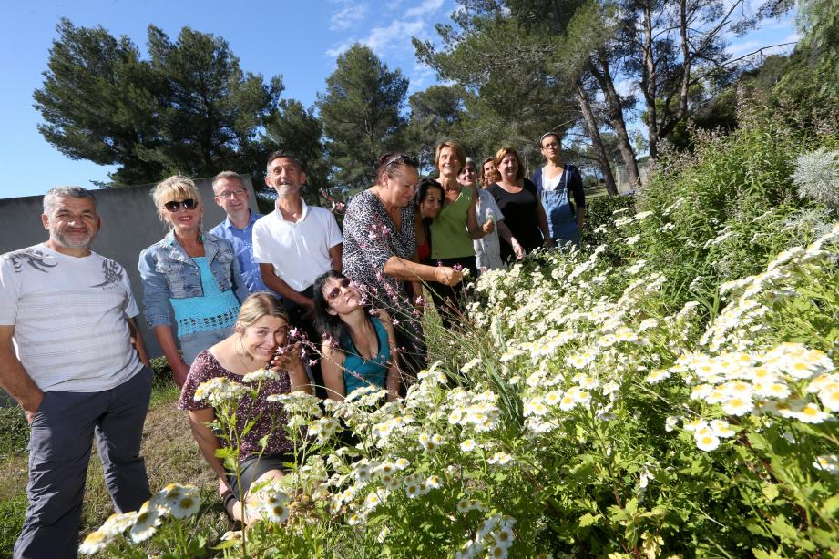 L'équipe du Creps entoure le directeur, Daniel Goury (debout, quatrième en partant de la gauche) devant le jardin botanique.