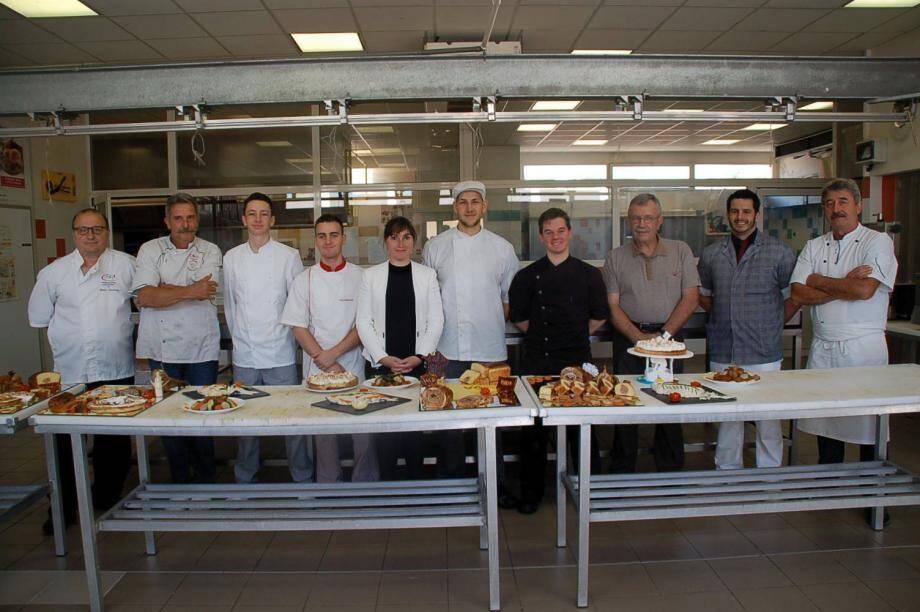 Emilie Guérel au laboratoire de boucherie en compagnie du président Rolfo, des examinateurs et des élèves en cours d'examen.