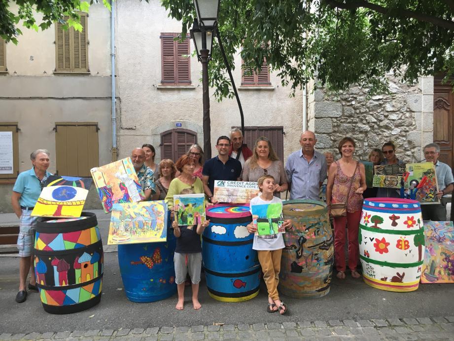 M. Ode, directeur de la Cave des Marquets, a remis le chèque des barriques décorées en présence des peintres et de du maire.