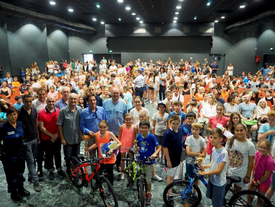 Quatorze élèves ont été récompensés dont les trois premiers Paloma, Loris et Mathieu, très fiers de leur vélo.