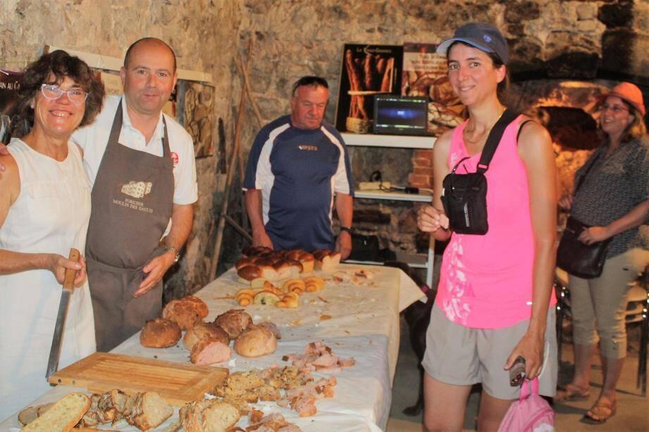 Sébastien Gillet aux côtés de Danielle Verrelle (à gauche). Santo Fédélé et Alain Vienco ont démontré leurs talents de boulanger, ici au maire Pascal Verrelle.