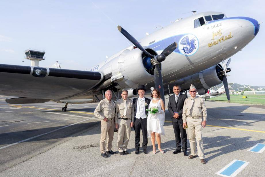 Alexandra et Laurent ont été unis par le maire de Mandelieu, Sébastien Leroy (2e à droite) qui a, lui aussi, embarqué à bord du DC-3.