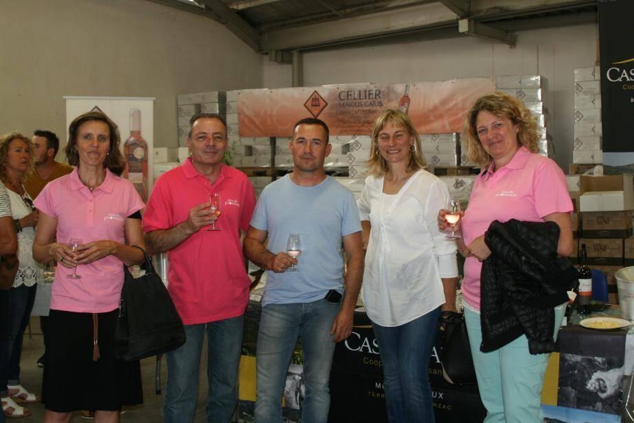 Le maire ravi d'accueillir la députée sur cette ronde des caves. Les amateurs de bons crus ont pu déguster des vins de plusieurs grandes régions viticoles, comme ici de Bourgogne.