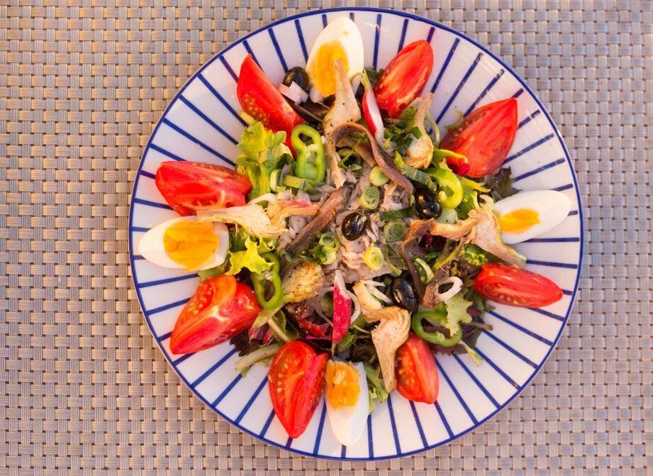 Une salade, d'accord, à condition d'être bien composée :  on n'oublie pas les protéines, et pour éviter les fringales  deux heures plus tard, on ajoute des féculents.