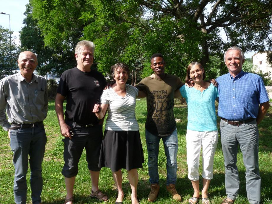 Claude Seguin, Michel et Marie-Paule Béghin, Ibrahim Jamaa, Martine et Philippe Collet, samedi dans le jardin de la maison paroissiale du Plan-de-Grasse.