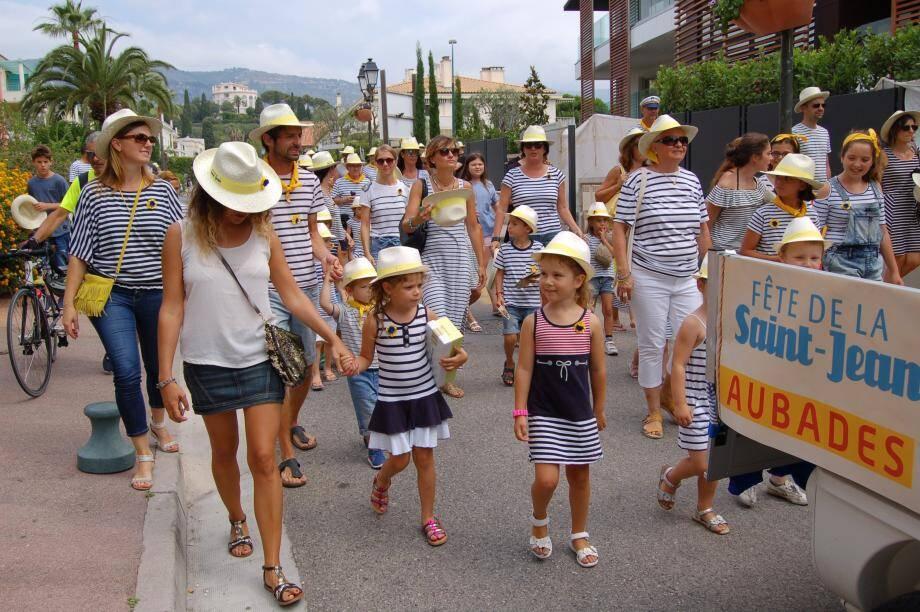 Chaque année, les familles revêtent leurs plus belles marinières et leurs foulards jaunes pour distribuer des chapeaux aux passants.