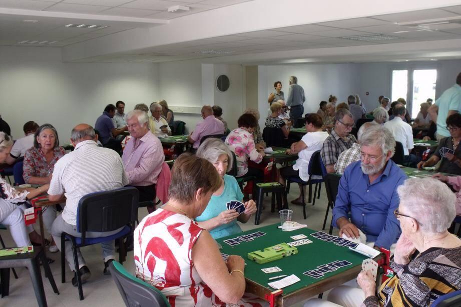 Dix-sept tables pour le tournoi anniversaire du Bridge club. À droite, Geneviève Jacquet, à l'origine de la création du club cannetois avec treize autres membres.