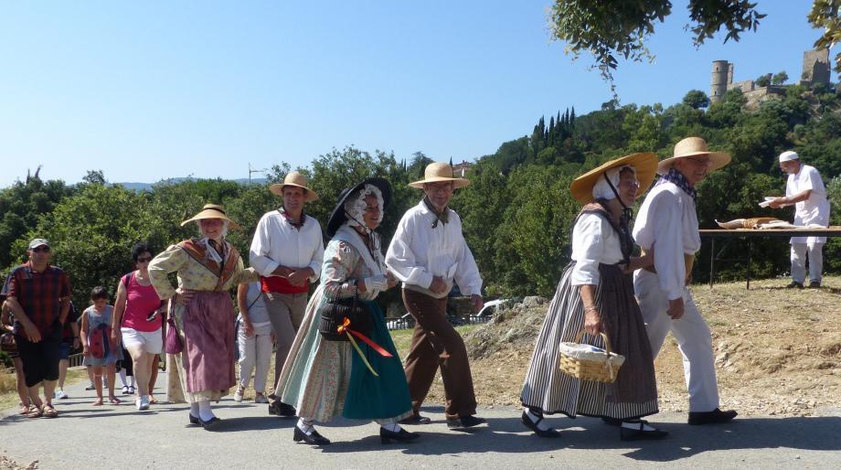 Après la procession, l'Escandihado arrive au moulin suivi du public.