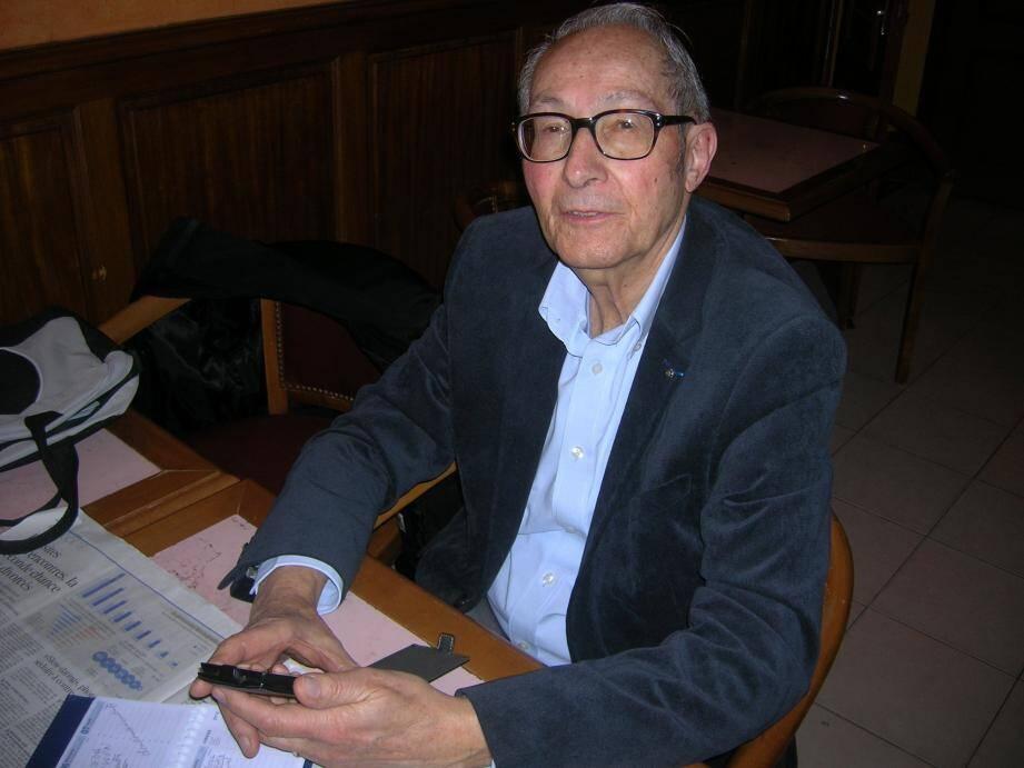 Au cours de la réunion du bureau, le Dr Bernard Casanova.