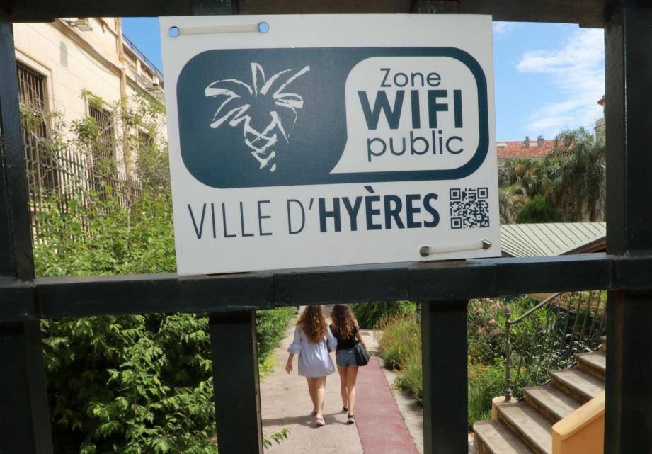 Un des points wifi public est situé dans le jardin de l'hôtel de ville.