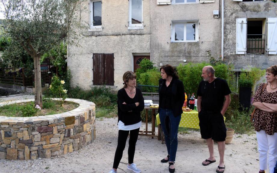 Les parents de Marvin avec la maire au pied de l'arbre symbolique.