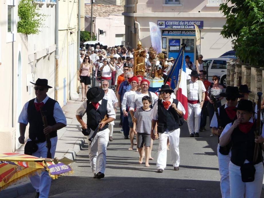 La procession fait son entrée dans le hameau de Saint-Elme.