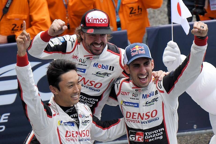 Fernando Alonso avec ses deux coéquipiers, le Japonais Kazuki Nakajima et le Suisse Sébastien Buemi.