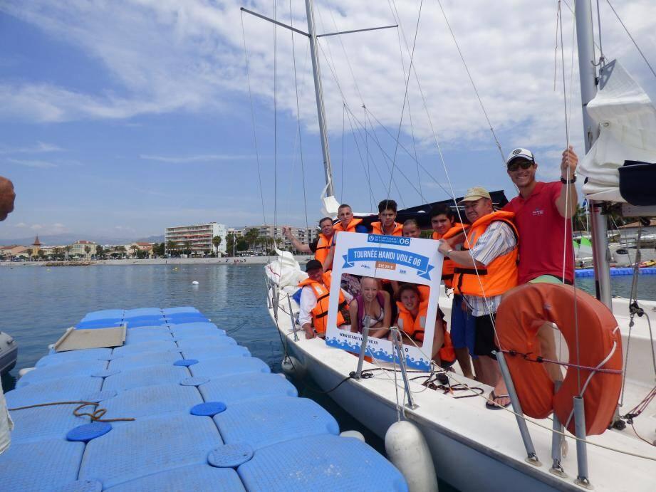 Hier au Cros, des places s'étaient libérées à cause de la grève. Un ponton flottant mobile permet d'accéder aux monocoques et aux catamarans.