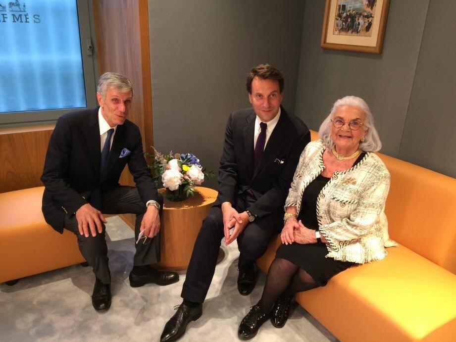 Dans l'un des salons d'essayage, Florian Craen, entre Jean-Marc et Christiane Sauvan.